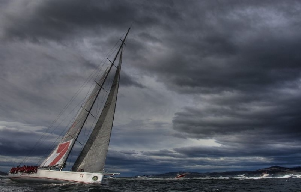 WILD OATS XI closes on the finish line in the Derwent River, Rolex Sydney Hobart Yacht Race 2008;  Photo: ROLEX/Carlo Borlenghi