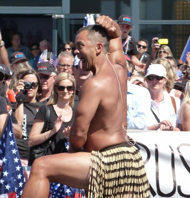 Darf nie fehlen wo Neuseeländer zugegen sind: Der Maori-Tanz Haka (Foto © Andy)