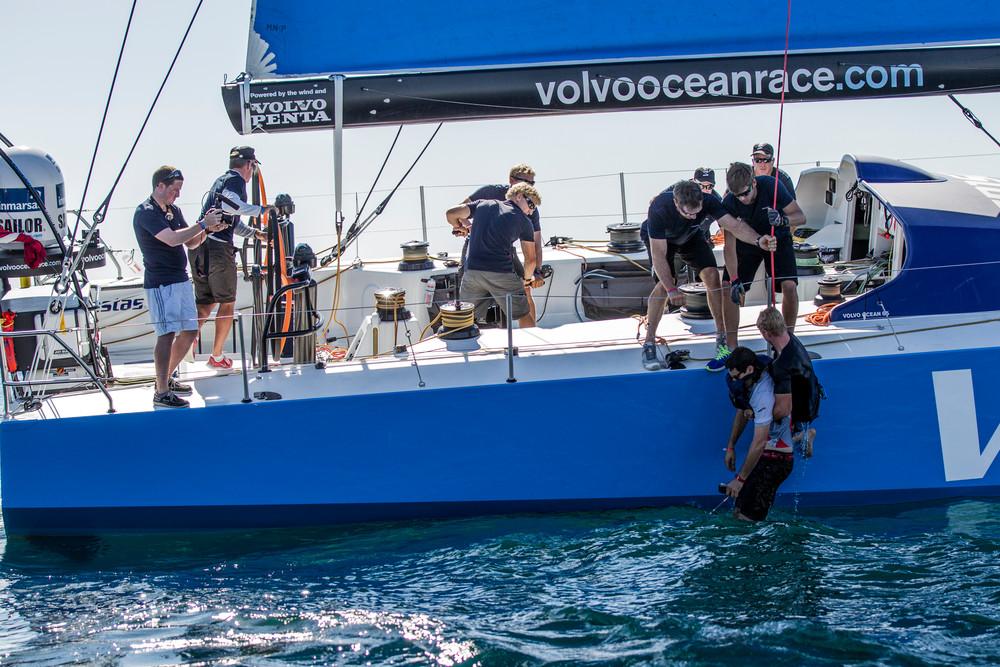 Hoffentlich nie benötigt: Mensch über Bord-Übung bei Vestas Wind während des Leg Zero