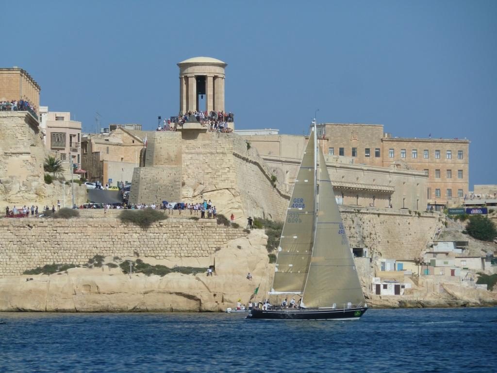 Best Buddies vor dem Siege Bell Memorial, das an den Durchhaltewillen der Malteser im zweiten Weltkrieg erinnert