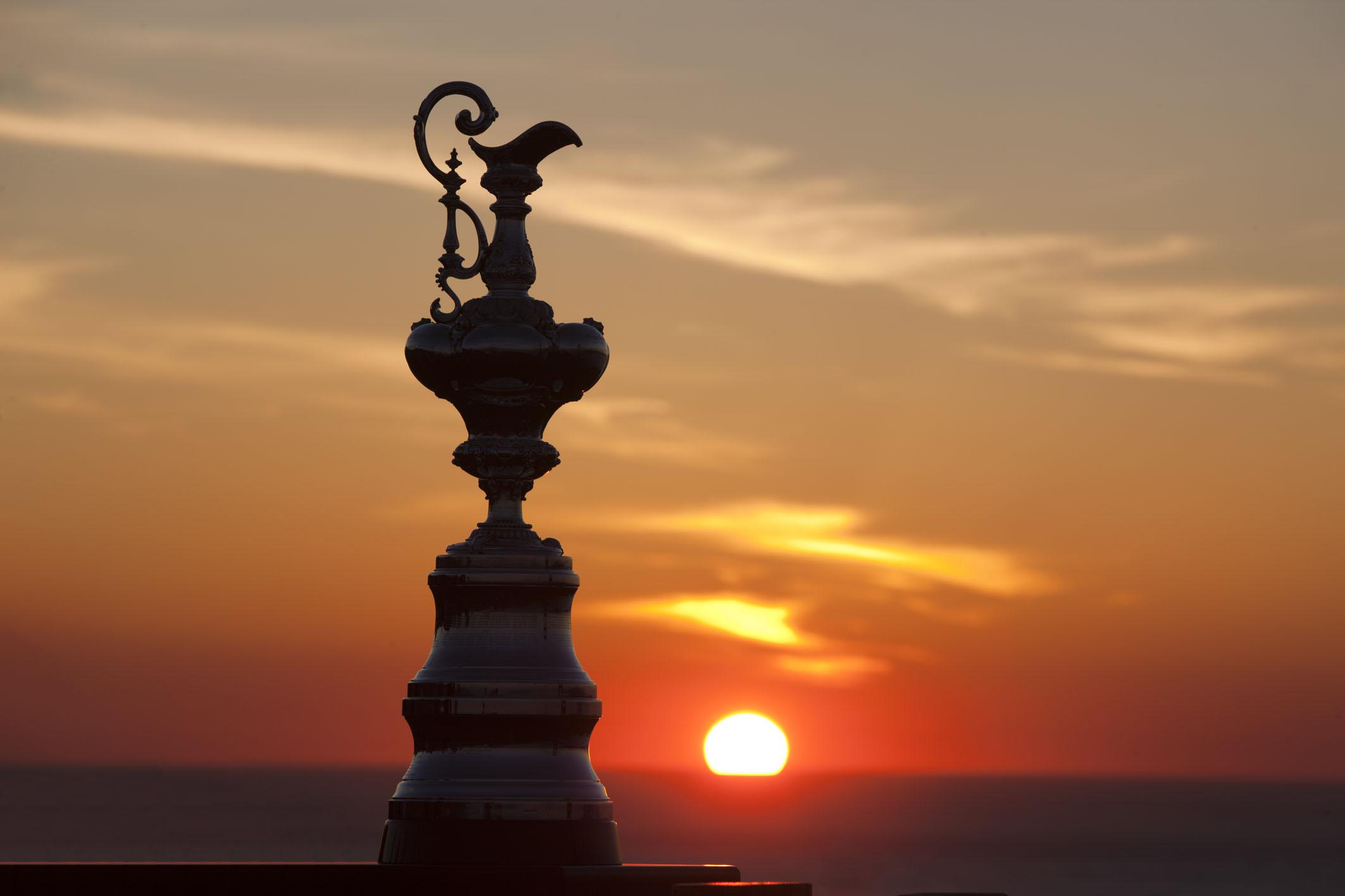 Noch geht das Licht nicht aus: Der America's Cup ganz stimmungsvoll