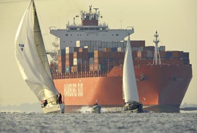 Nordseewoche 2015: Der raume Wind sorgt dafür, dass die meisten Yachten bereits um 9Uhr Glückstadt passiert haben. Foto: Hinrich Franck