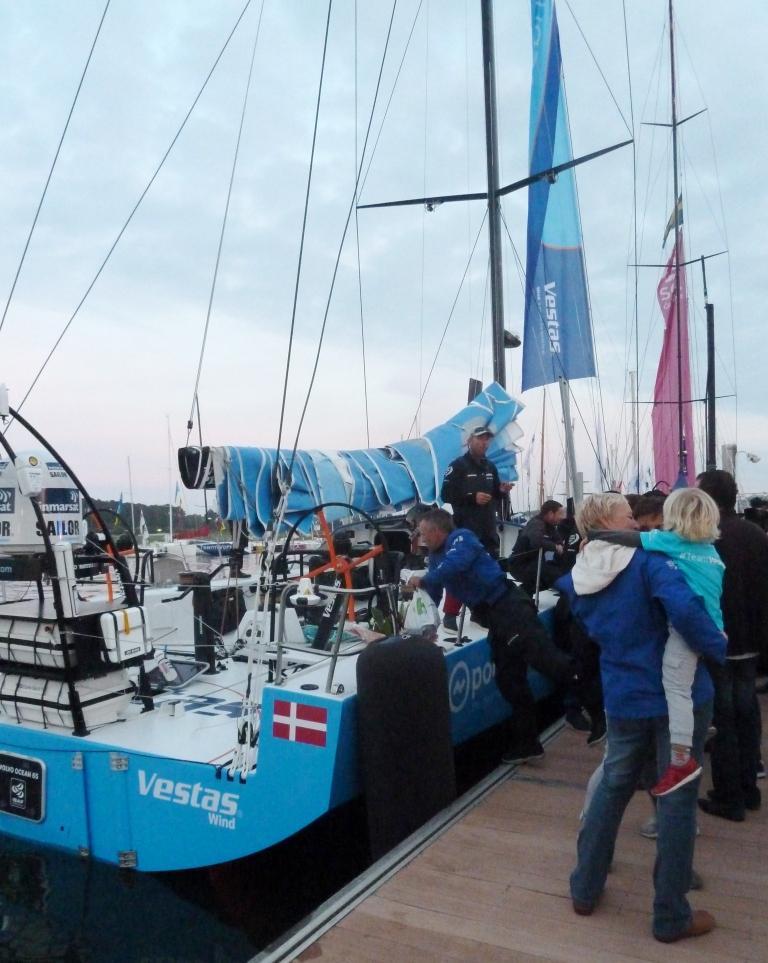 Erleichterung im Morgengrauen: Freunde und Verwandte begrüßen Team Vestas Wind in Lorient