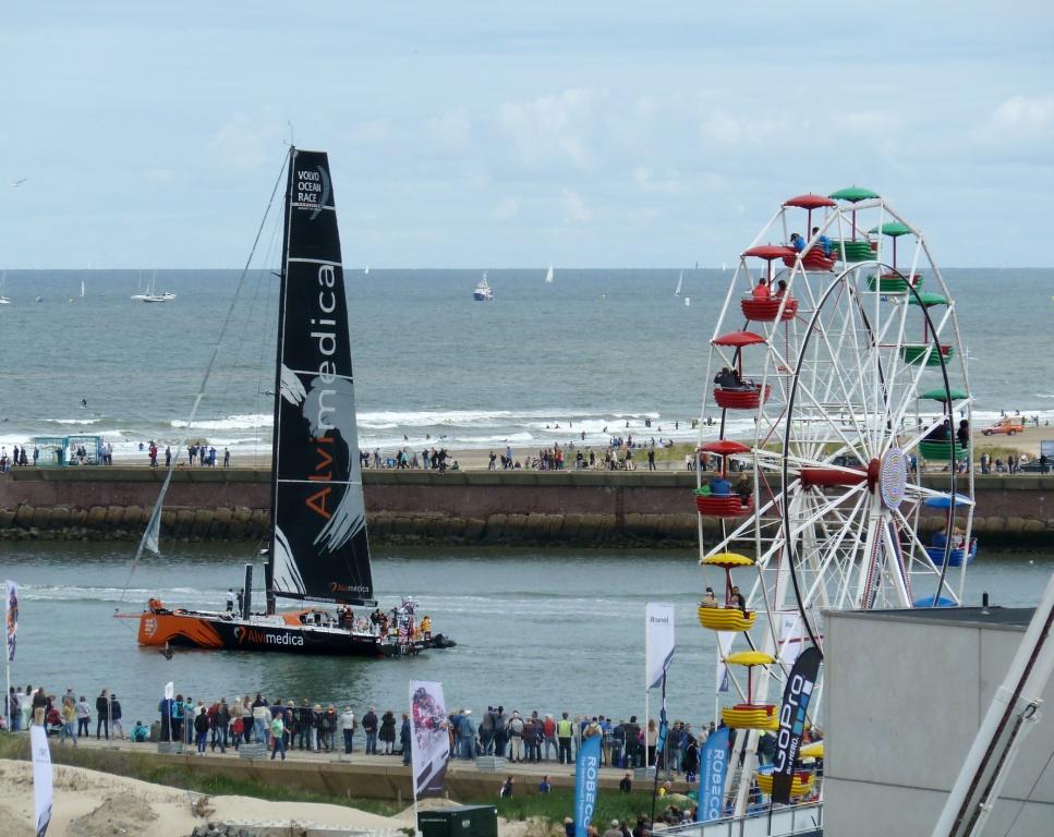 Erste in Den Haag, Erste wieder weg: Alvimedica auf dem Weg zur Startlinie im Hafen und jenseits der Piers