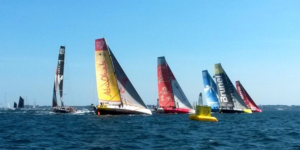 Beim Start in Lorient wegen eines Frühstart-Kringels noch Letzte: Alvimedica hinter der Flotte