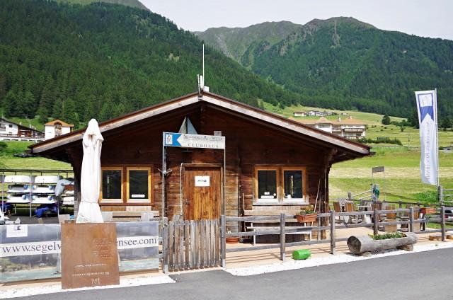 Was wie eine Almenhütte aussieht, ist das Clubhaus des Segelverein Reschensee im Vinschau in Südtirol. - Photo © SailingAnarchy.de 2015