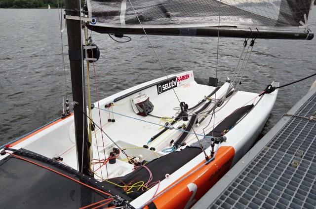Probeschlag mit der SK² auf dem Gemünd vor der Marina Lanke bei 2-3 Bft., in Böen etwas darüber. Die SK² geht mit ihrem Kippkiel sehr gut an der Kreuz und übertrifft spielend ihre Rumpfgeschwindigkeit. Downwind unter Gennaker wurden bei diesen Windbedingungen in einer Böe mehr als 10kns erreicht.