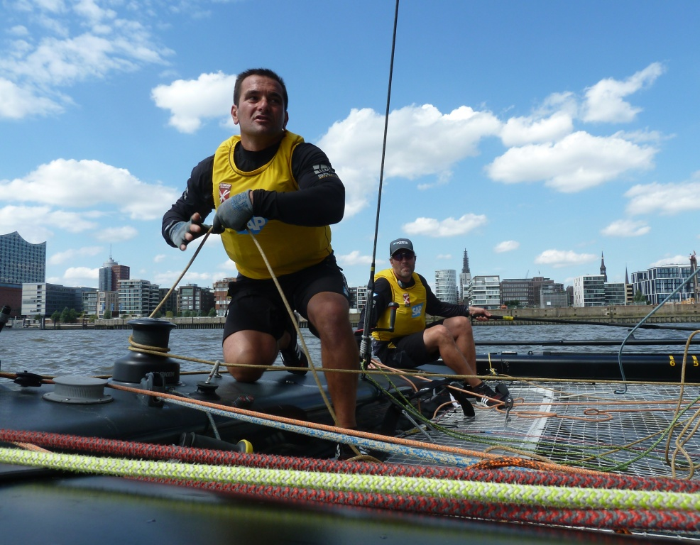 Kurzer aber heftiger Aktivitätsausbruch: Pierluigi de Felice und Jes Gram-Hansen (Steuer) an Bord von SAP Extreme Sailing Team