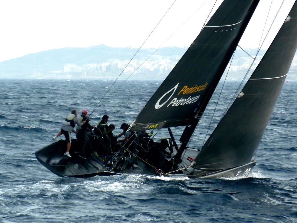 Segel-Akrobatik: Peninsula Petroleum beim Meistern der Wellen