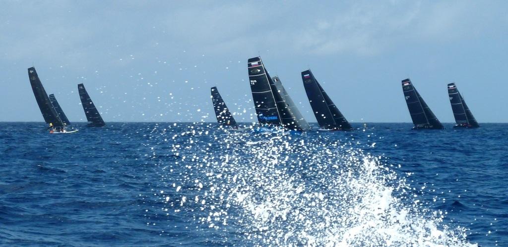 Gestern war noch Wind: Die Flotte auf dem Weg zur Luvtonne