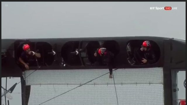 35th Americas Cup - Louis Vuitton Cup - Semifinale - ETNZ vs. Land Rover BAR - Rennen 4 - Crew ENTZ im Cockpit nach Kenterung - Screenshot © BT Sport / ACEA