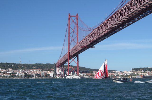 VOR - Lissabon - Dongfeng führt hinaus auf den Atlantik - Photo © SailingA