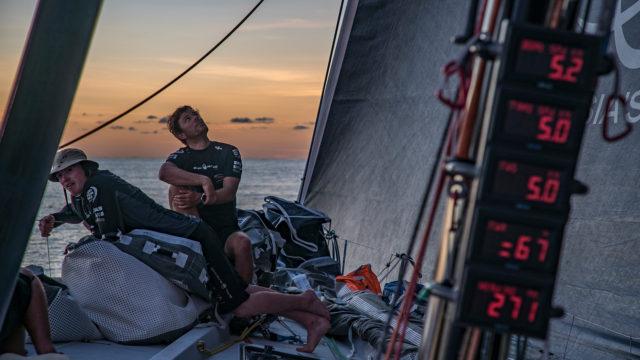 Mal vorne, mal auf dem zweiten Platz, aber mit romantischem Sonnenuntergang: Sun Hung Kai/Scallywag hoffen auf mehr Wind (Foto © Jeremie Lecaudey/Volvo Ocean Race)