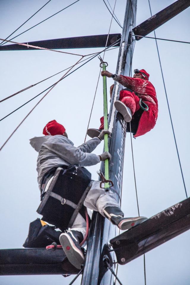 Volvo Ocean Race 2018 - Leg 7, Tag 12, Antonio Cuervas-Mons und Nervio kleben die reparierte Mastschiene auf dem Mast - Photo © Ugo Fonolla / VOR