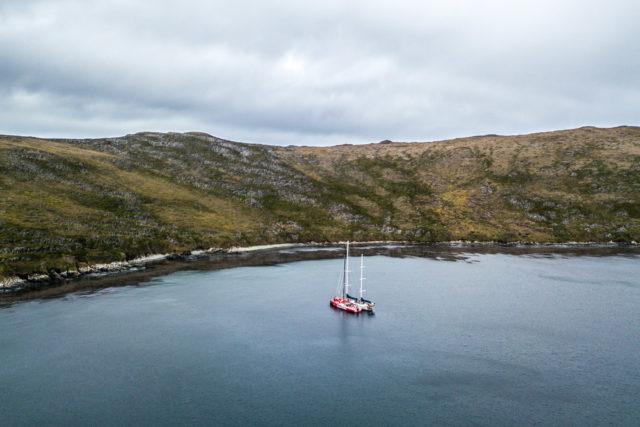 """Volvo Ocean Race 2018 - Leg 7, Tag 12, MAPFRE und die Ketch """"Kat"""" in einer Bucht nahe Kap Hoorn zur Reparatur des Großsegels und der Großesegelmastschiene - Photo © © Ugo Fonolla / VOR"""