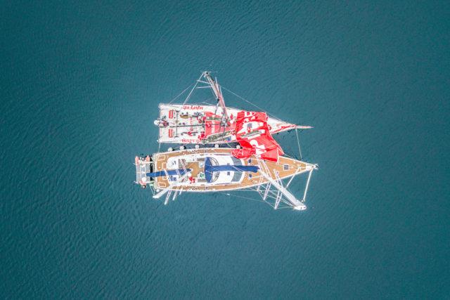 """Volvo Ocean Race 2018 -Leg 7, Tag 12 - MAPFRE und die Ketsch """"Kat"""" im Päckchen nach Kap Hoorn zur Reparatur von Großsegel und Mastschiene - Photo © Ugo Fonolla / VOR"""
