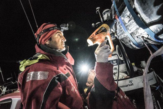 Volvo Ocean Race 2018 - Leg 7, Tag 12 - Nervio und Talpi, Mitglieder der Shorecrew von MAPFRE reparieren den Großbaum - Photo © Ugo Fonolla / VOR